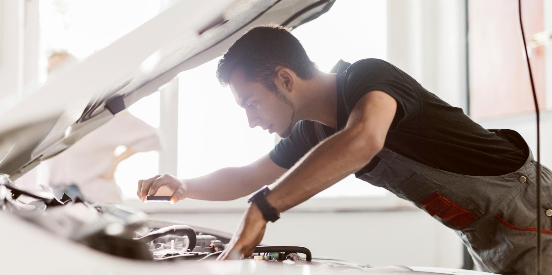 Titelbild Arbeit unter Spannung: Machen Sie Ihre Werkstatt fit für Elektro-Fahrzeuge