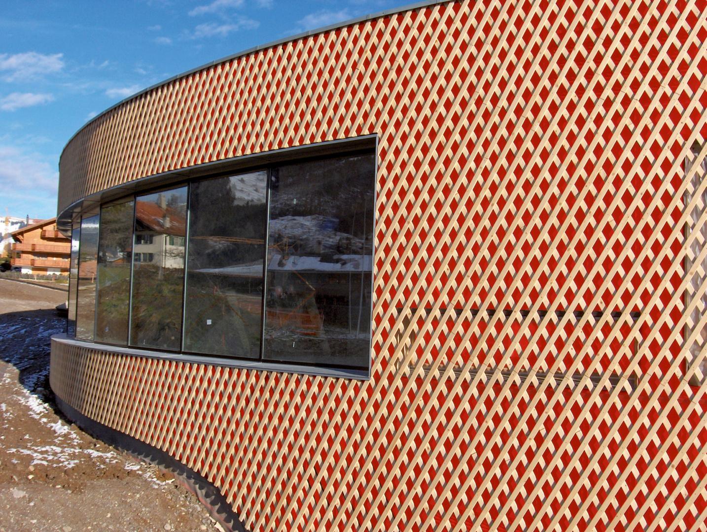 Titelbild Farbige Fassadenbahnen: Trends & Tipps für Architekten, Planer und Handwerker