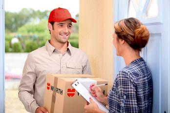 Mann liefert Paket